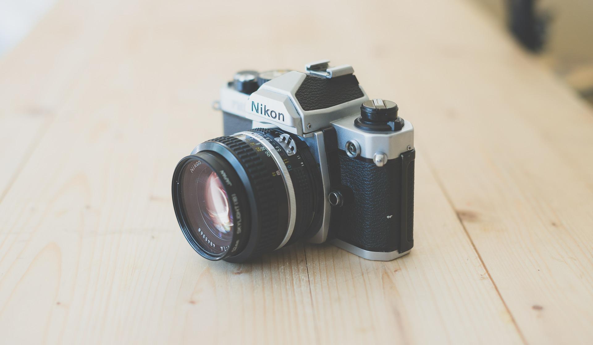 fotocamera-op-tafel