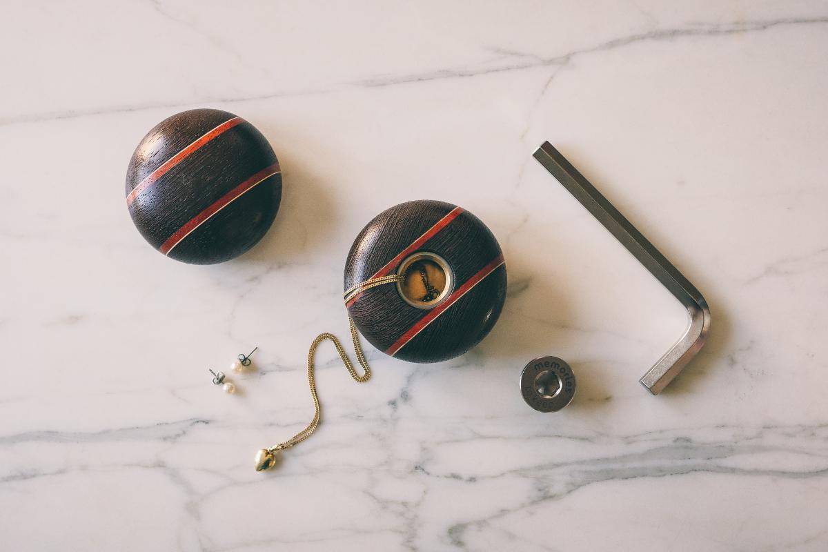 houten-mini-urn-met-kettinkje-erin